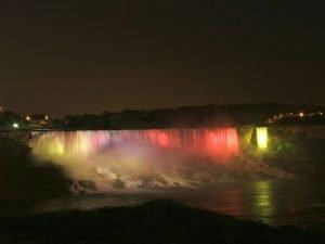 Las luces de colores le dan un toque fantástico a las cataratas