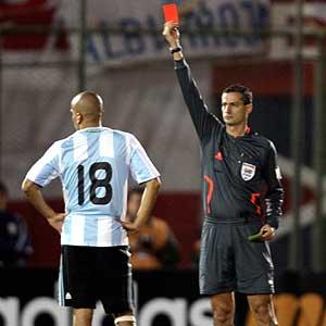 La expulsión de Verón complico aún más la remontada argentina