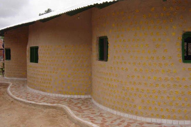 C mo reciclar una casa hecha con botellas teleaire - Materiales de construccion baratos ...