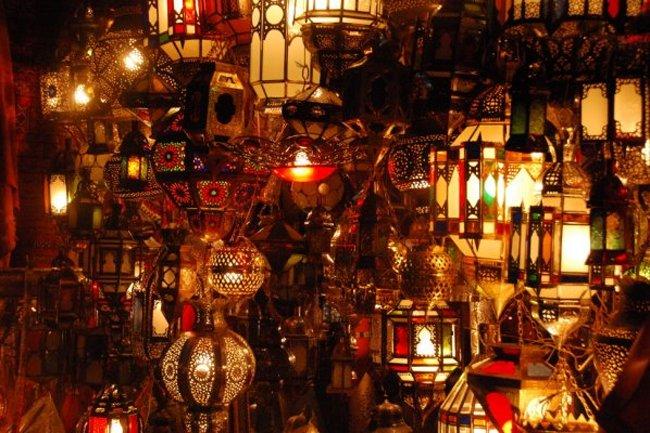 Marruecos: lámparas artesanales y babuchas marroquíes