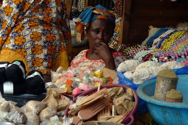 Vendedora en el Albert Market de Banjul, Gambia