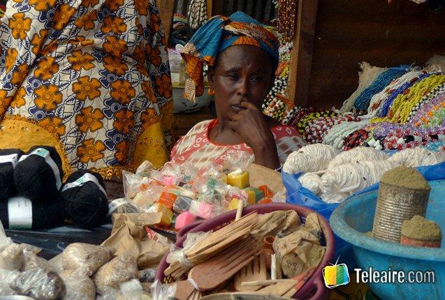 Vendedora en el mercado Albert Market en Gambia