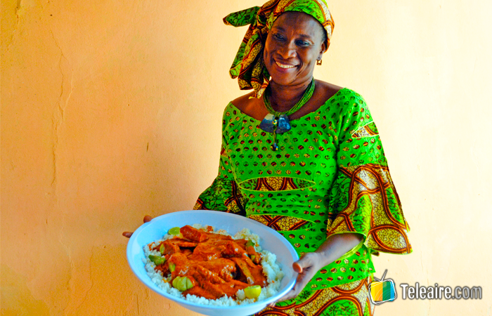 Ida Cham mostrando el Domoda de Gambia