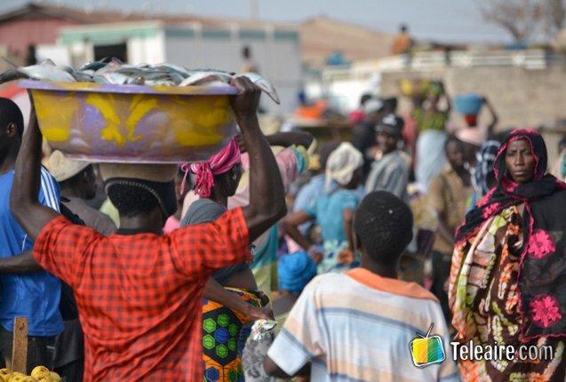Mercados en la Playa de Tanji en Gambia