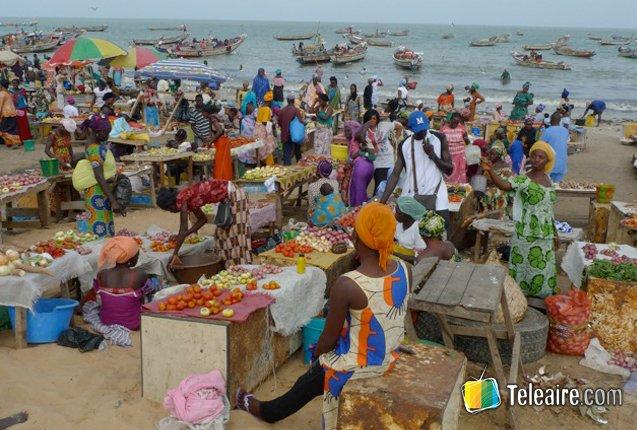 Vendedores en el mercado de Tanji en Gambia