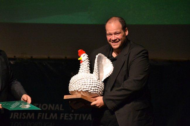 Martínez Notte recibiendo la gallina Picha´i