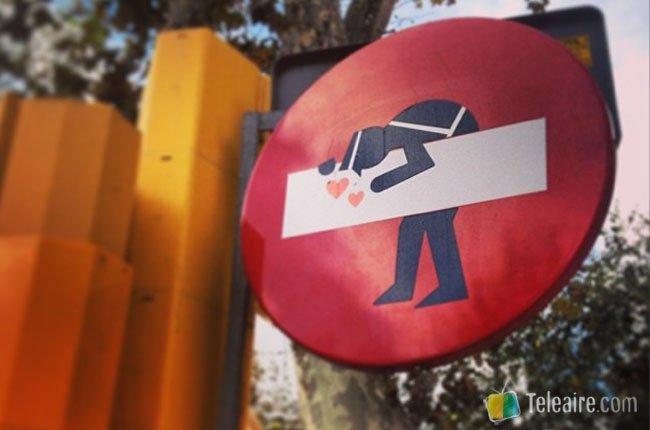 Señal intervenida por Clet Abraham en Barcelona