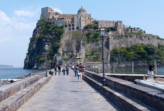Caminando hacia el castillo Aragonese en Italia