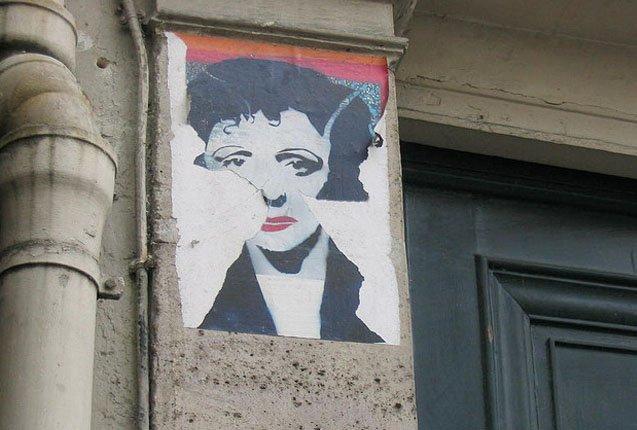 Imagen de Edith Piaf en la fachada de su casa