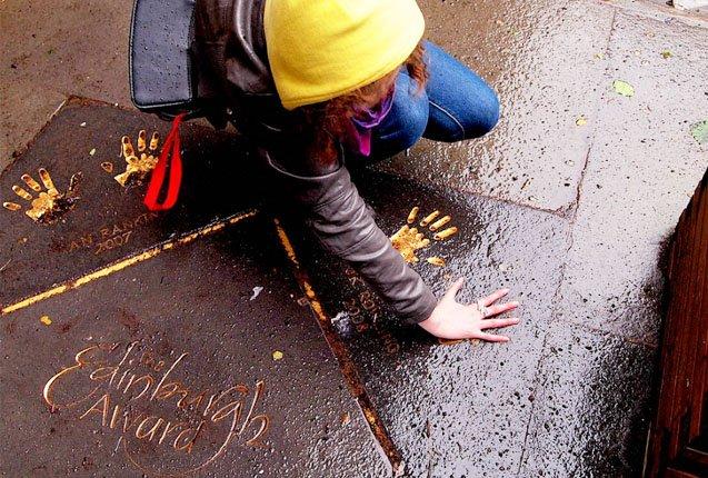 Las manos grabadas de Rowling en la Camara de Edimburgo
