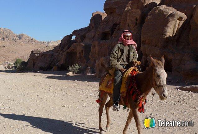 Habitante de Jordania se transporta en asno