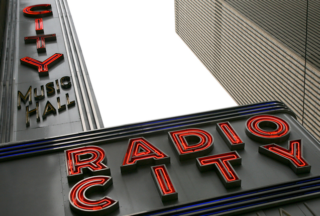 Luces de neon en la fachada de Radio City Music Hall