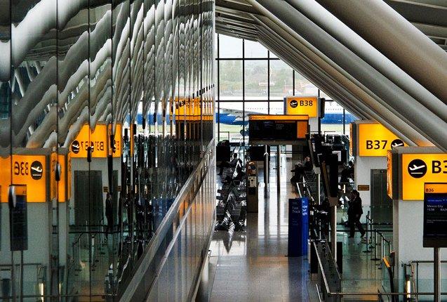 reflejo de vidrios en el aeropuerto heathrow