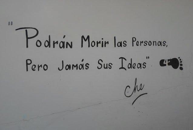 Frase que dejan los visitantes en la escuela donde asesinaron al Che