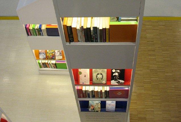 libros en la libreria del aeropuerto de schiphol