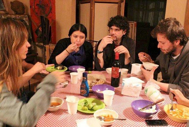 viajeros disfrutan de meal sharing