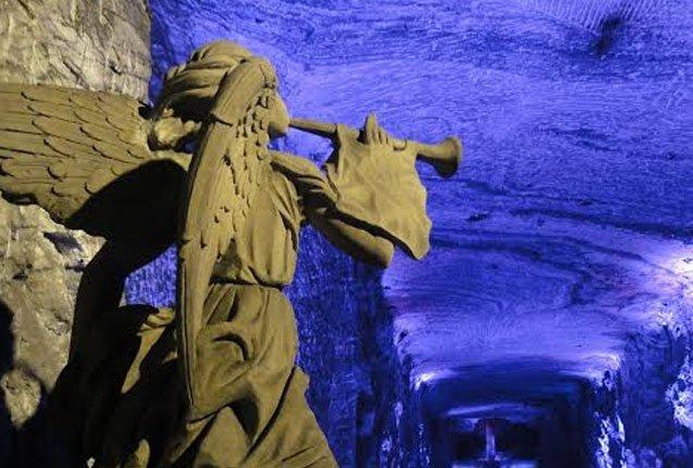 estatua en la catedral de sal en bogota