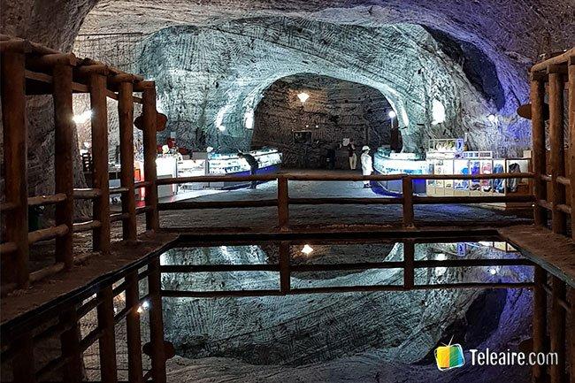 Espejo de agua dentro de la Catedral de Sal