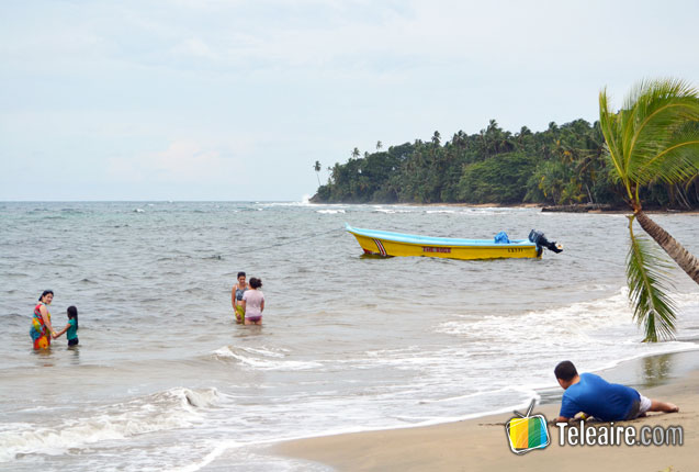 turistas disfrutan las playas de costa rica