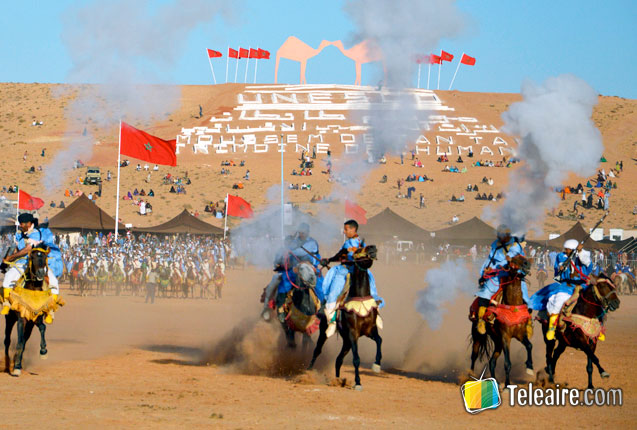 habitantes de los pueblos del sahara cabalgando