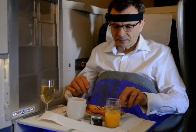 usuario de la aerolinea prueba la manta de la felicidad