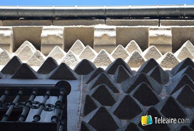 detalle de la fachada de La Casa de los picos