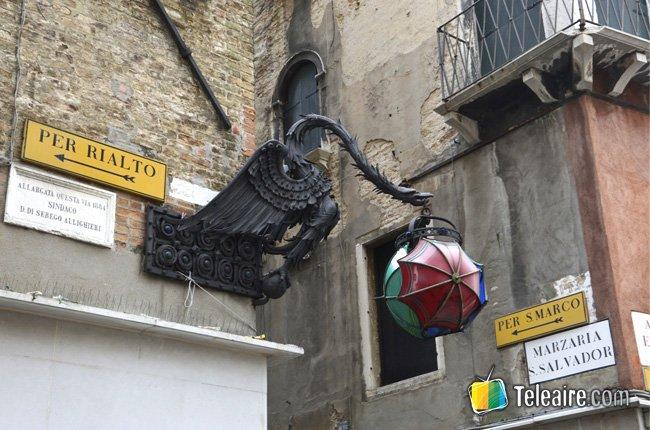 Calle hacia el mercado de Rialto en Venecia