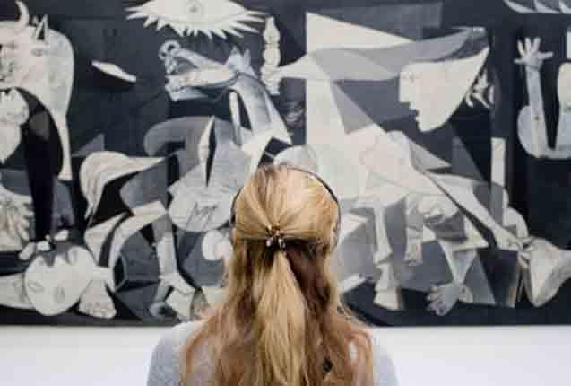 escuchando audioguia en el Museo de la Reina Sofia
