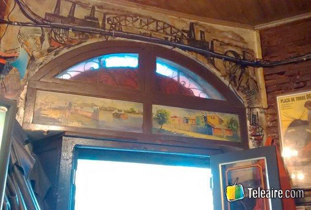 pinturas en el interior del Bar La Perla