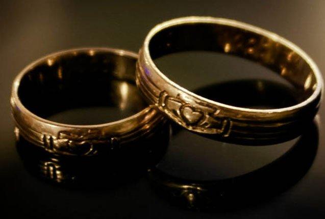 detalle del anillo de Claddagh