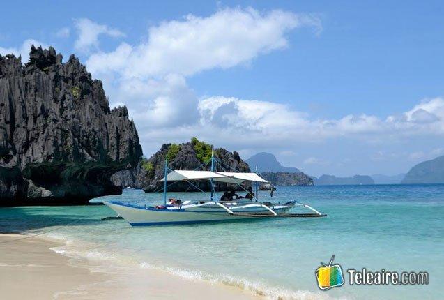embarcacion en las costas de la isla palawan