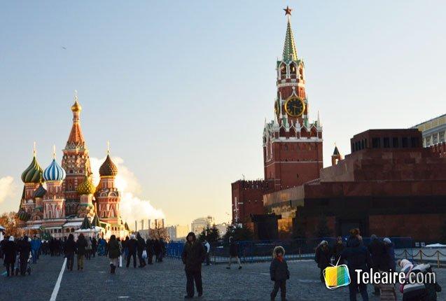 turistas caminan por la famosa plaza de moscu
