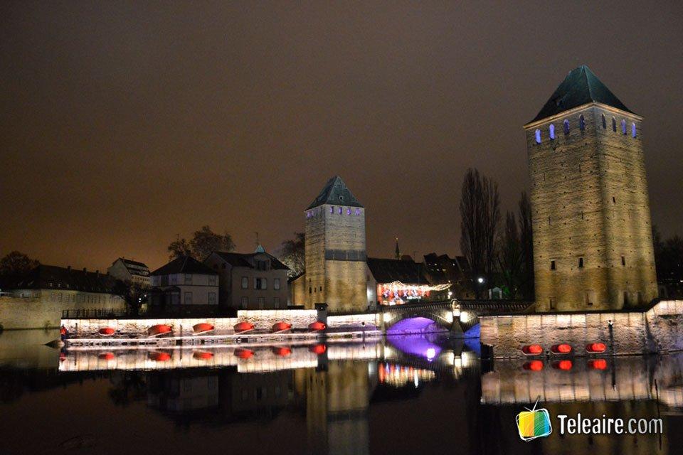 Las torres de la antigua fortaleza también cuentan con una iluminación especial