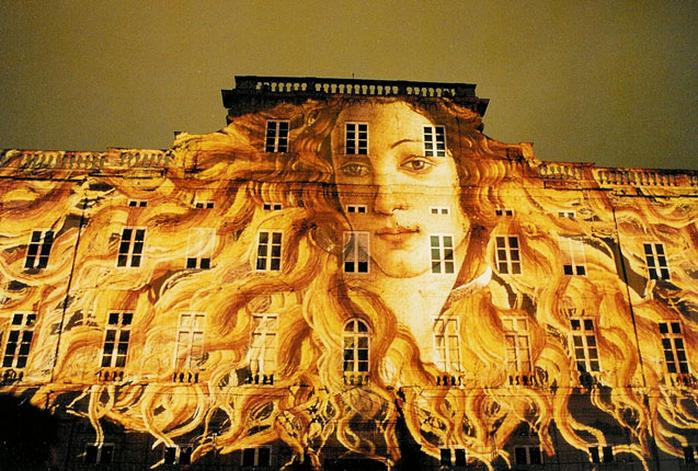 luces en la fachada del museo de Lyon en Francia