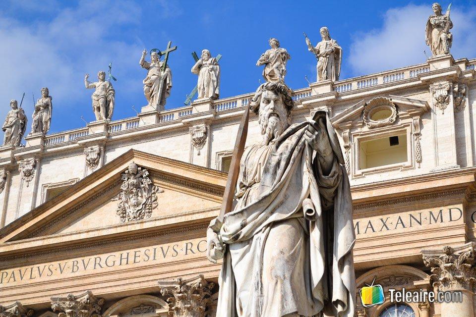 La estatua de San Pablo es una de las figuras más imponentes de la Plaza