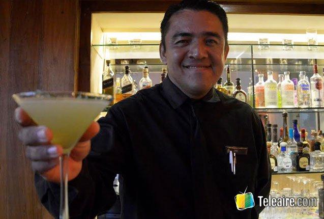 barman preparando bebida tipica de Mexico