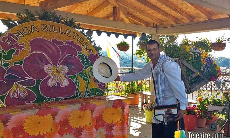 José Angel exhibe un arreglo de flores en la silleta heredada de su abuelo.