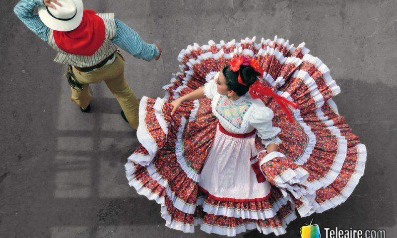 Además de las silletas, del desfile participan grupos musicales y de danza.