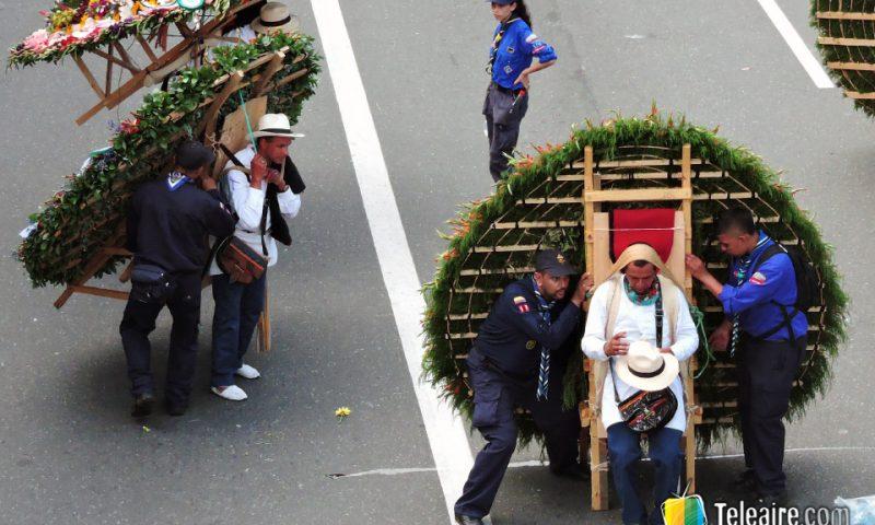 Algunas silletas, como las artísticas o monumentales, pueden pesar hasta 120 kg. Los silleteros son asistidos durante los más de 2 kilómetros que dura el recorrido.