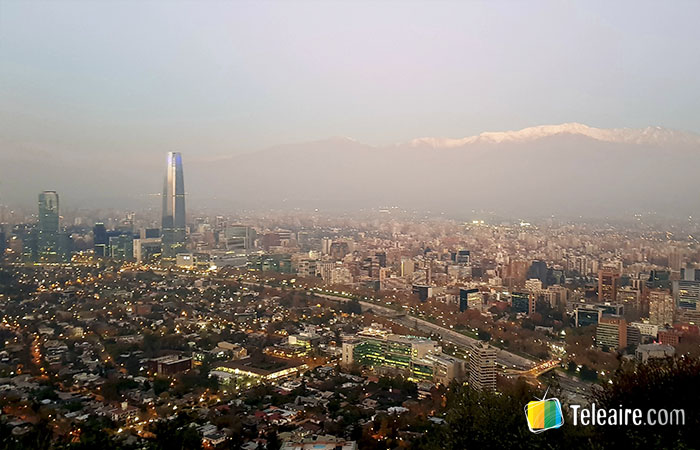 Sky Center y vista de Santiago de Chile, cumbres nevadas de fondo
