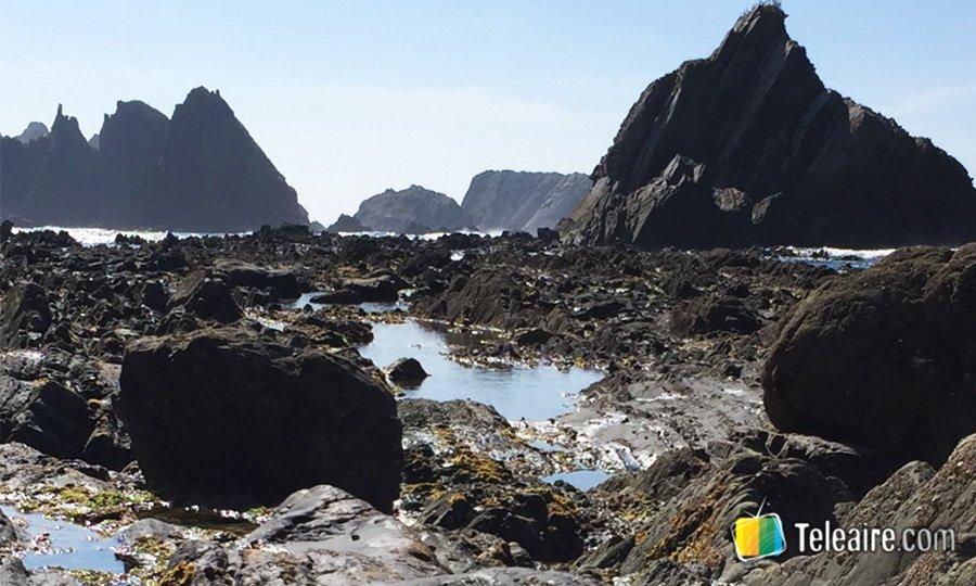 playa de campiecho caminando por entre las piedras