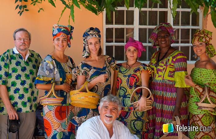 turistas vestidos con ropa típica de Gambia