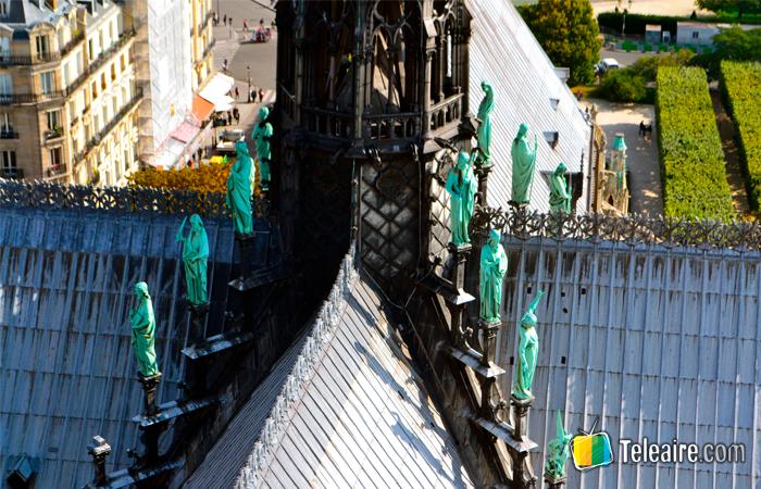 Detalle de los apóstales y la aguja de Notre Dame en París