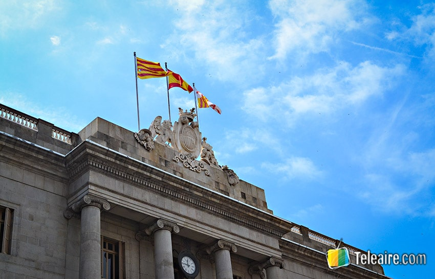 Bandera de Cataluña junto a la de España y la de Barcelona